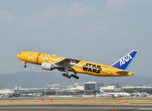 「スター・ウォーズ」C-3PO特別ジェットが空へ!飛行機まるごとイエロー一色